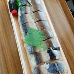 かねとも寿し - 自家製しめ鯖の押し寿司 600円