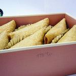 和洋菓子たねや - クリームの種類は外箱に鉛筆で手書きです。