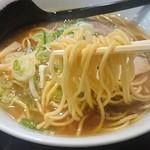 満洲味 - 麺は中太のストレート麺