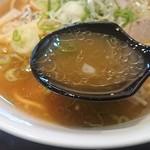 満洲味 - 油分多めの醤油スープは見た目ほどしつこく感じなくて甘味と旨味のある美味しいスープ
