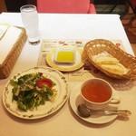 アマポーラ - イカ墨のパエリアランチ1,400円につくトマトスープ、サラダ、パン