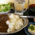 馬焼肉酒場 馬太郎 - 馬すじカレー(大盛り) 600円、サラダに味噌汁に小鉢が2種付いておりました