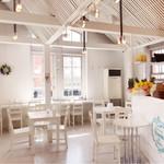 フルーツファクトリーモーンデレトロ - 海辺のリゾートをイメージした店内