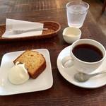 芝町カフェ - キャラメルウォールナッツのケーキとコーヒー(f)