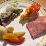 イル・バンカーレ - ビッフェから … ボローニャソーセージ、ポテトサラダ、自家製ピクルス、カツオのカルパッチョ