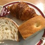 イル・バンカーレ - ビッフェから…パンは 3種類。フォカッチャ、クロワッサン、他>