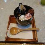 喜光堂 - ほうじ茶サンデー(黒ごまソース)