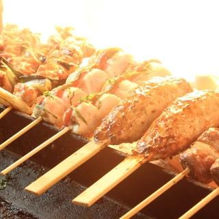 愛媛産銘柄鶏『浜千鶏』を使用した新鮮焼鳥を炭火で焼き上げます