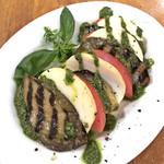 イタリアン酒場 Esto. - トマトとグリル茄子 燻製モッツアレラのカプレーゼ(580円)