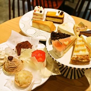 ケーキ・軽食が豊富◎ケーキも常時10種類以上ご用意!