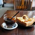慈雨 - そして今回は、自家焙煎珈琲を挽きたてドリップ冷却した、アイスコーヒーと、4種の自家製季節のジャム載せ厚切りトーストです(2017.6.12)