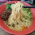 藤澤家 - 麺は通常の半分くらいの中太麺