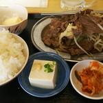 馬焼肉酒場 馬太郎 - 馬焼肉定食 700円、味噌汁にキムチに冷奴が付いておりました
