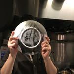 69652446 - 皿の裏面にも手の模様が ご尊顔をリクエストしましたが・・