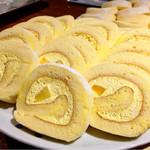 ル・ジャルダン・デュ・ソレイユ - マンゴーロール@少しココナッツ風味のスポンジが主役。ごろっとマンゴーが幸せ