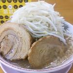 ラーメン龍郎 - 料理写真:豚入りラーメン(880円)ヤサイ増し、ニンニク