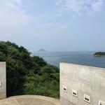 69654904 - 杉本博司さんの水平線の写真と瀬戸内海の水平線