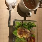 アフロデボーノ - ランチのオニオンスープとサラダ。味は濃い目