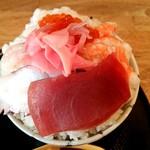 魚楽 - 海鮮丼シャリ大