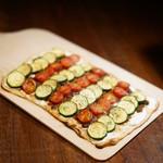 ODECO - タルトフランベ(トマト・ズッキーニと豚肉のラグー)