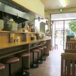 華隆餐館 - 全27席の店内