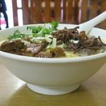 華隆餐館 - 牛肉刀削麺、麺はおかわりできるらしいが・・・