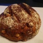 ファヴォリ - クルミとチーズのライ麦パン。