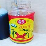雙連高記水餃店 - 台北でよく見る辛い調味料。