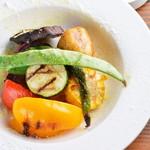 炭焼き&ワイン ドリフト - 季節野菜の炭焼きを自家製バーニャカウダソースでどうぞ