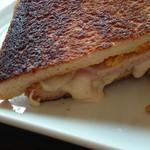 69676120 - たっぷりモッツァレラチーズがトロ~リはみ出す、たまらないビジュアル
