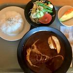 ムスタッシュ ボス - ビーフ煮込みハンバーグ(サラダ、デザート付き)1080円