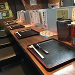 麺道服部 - カウンター席(水はセルフ)