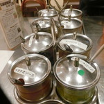 カオマンガイキッチン - ソースと調味料