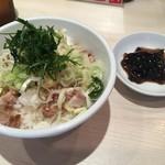 玉五郎 - セットの塩豚丼と佃煮(150円相当)