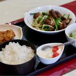 桃園亭 - 料理写真:日替わりランチ(ニラレバ炒め)