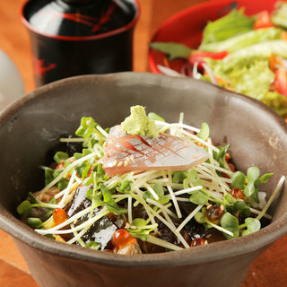 ランチ限定「海鮮丼」と「握り鮨」