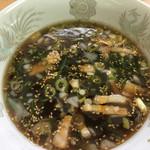 支那そば 一麺 - 丼にたっぷりのスープ