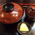 69699791 - 「上まむし丼」(3050円)の配膳時のビジュアル。ふたを開ける瞬間が醍醐味だ。