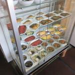 うを伊食堂 - ガラスケースにある料理