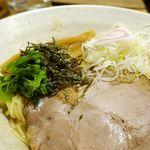 吉岡 - なお、「釜玉ラーメン」には、大きなチャーシューをメインにねぎ、めんま、海苔、ほうれん草と、家系ラーメン的なトッピングが特徴的です。