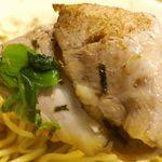 吉岡 - まずはチャーシューから食べてみると、赤身中心とあってサッパリとした味わいで、大きい上に燻った風味に満ちてで食べごたえも十分。