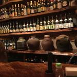 69711693 - カウンター前のバックバーには、泡盛など地酒が並ぶ