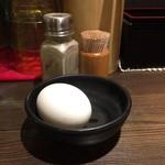 らあめん 広 - 汁なしタンタン麺に付く温泉玉子