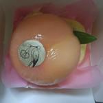 69717577 - まるごと桃とロールケーキ