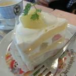 不二家 - 料理写真:白桃ショート