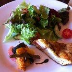 SOPRA - ランチの前菜 キッシュと新鮮三鷹野菜のサラダ