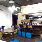 ラーメン人生JET - 店内風景。荷物入れの青いカゴが目立っていた。