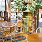 6889cafe - cafeの店舗前にあるテラス席       『ガーデンラウンジ』