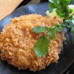 一休 - ランチの主菜のメンチカツ