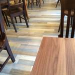 綴cafe - 床の板の色とバランスがとってもおしゃれ